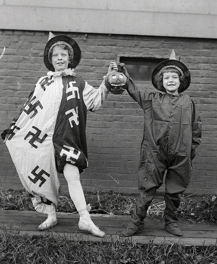 Halloween 1918 mit Hakenkreuzen