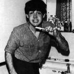 Paul putzt Zähne