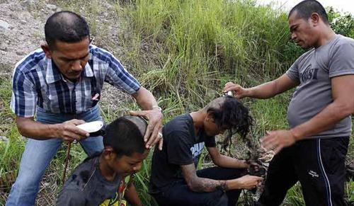 Punks in Indonesien: Unter Zwang wurden die Haare kurzgeschoren.