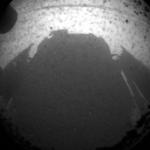 Das erste Bild was Curiosity von der Marsoberfläche sendete