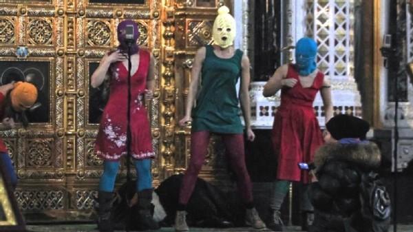 Pussy Riot beim Protest in der Kirche