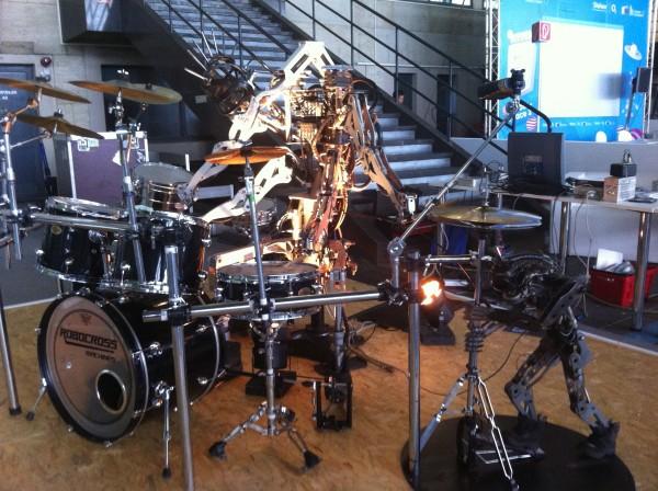 Schlagzeug spielender Roboter auf der Campus Party 2012 in Berlin