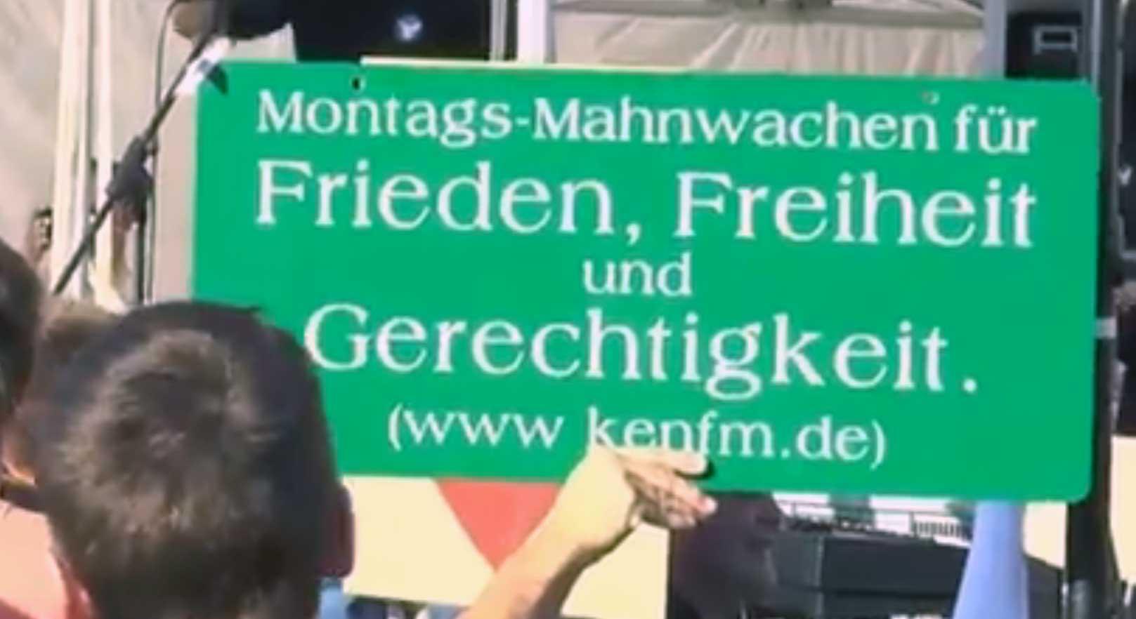 Banner auf der Montagsdemo mit KenFM-Link