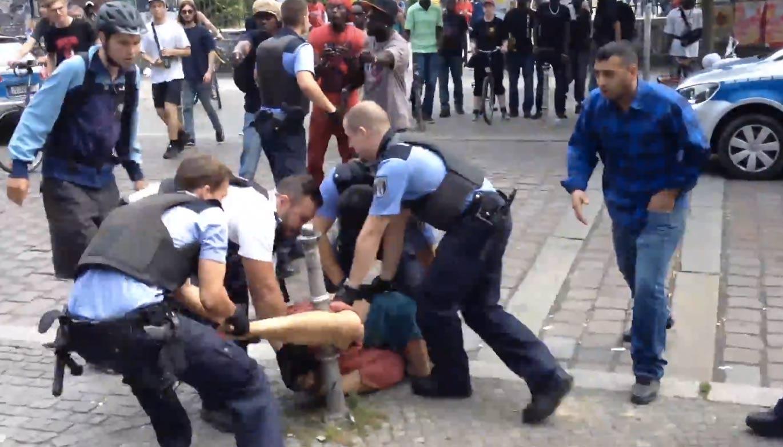 Polizeigewalt bei Ausweiskontrolle