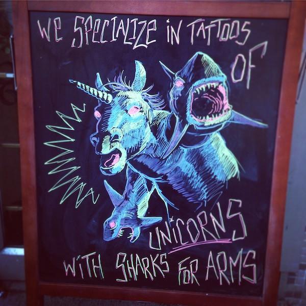Einhörner mit Haien als Armen