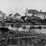 Blick über den Kleinen Kiel auf Gärten und Rückfronten der Häuser am Schloßgarten