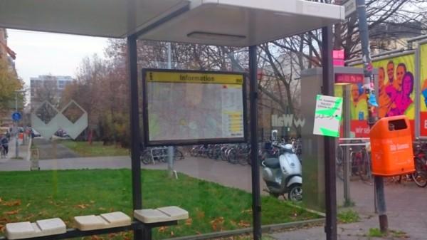 Mehrsprachiges Schild an Bushaltestelle