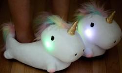 Leuchtende Einhorn-Hausschuhe