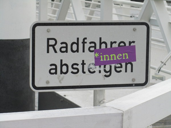 Radfahrer-innen absteigen